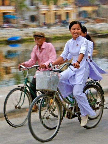 au dai on bike